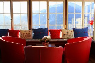 Seating group with stunning mountain view in the living room