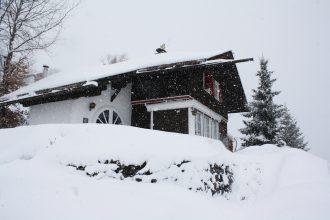 Verschneites Haus Sonneck